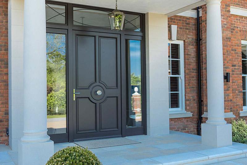 یکی از نکاتی که برای انتخاب رنگ درب ورودی ساختمان اهمیت دارد، این است که استفاده از رنگهای تیره دوام و مقاومت بیشتری در برابر آلودگی و گرد و غبار دارند.