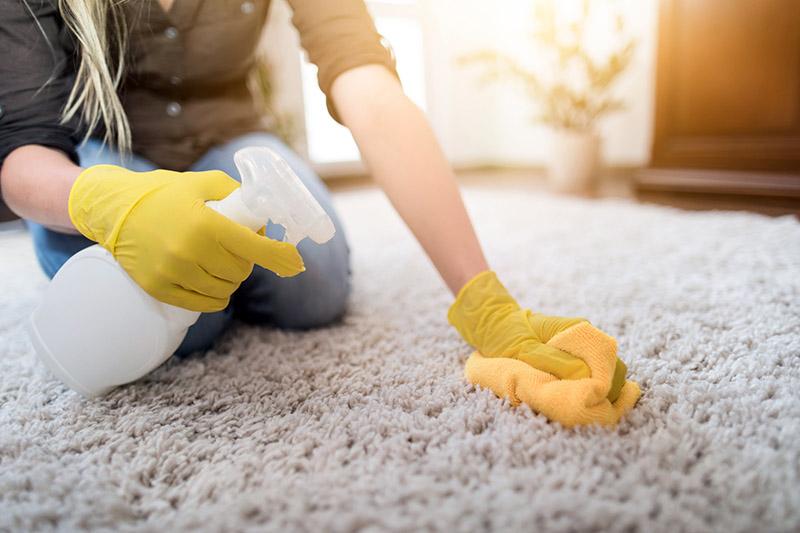 محلول ساده سرکه، آب گرم و مقداری صابون یک محلول ساده اما قوی برای برق انداختن فرش دستباف و ماشینی است.