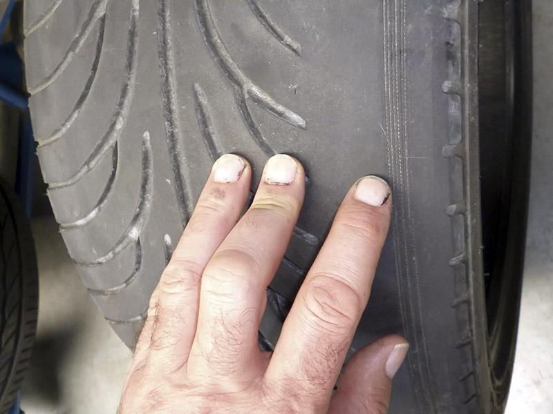 علت لاستیک سایی چرخ جلو خودرو می تواند به مشکلات در جلوبندی، فنرها، تغییر وضعیت شاسی و غیره مربوط باشد.
