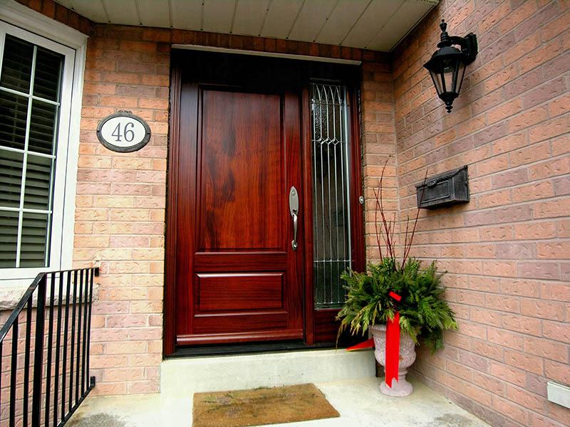 رنگ درب چوبی معمولا با گذشت زمان، تغییر کرده و تیرهتر یا روشنتر میشود.