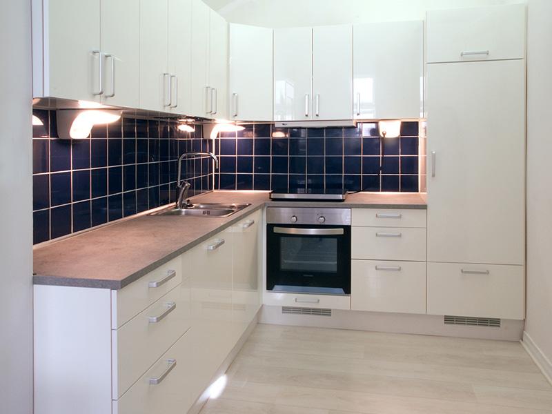 بو و بخار حاصل از پخت و پز در آشپزخانه که بر روی کابینت مینشیند میتواند موجب زرد شدن کابینت های گلاس شود.