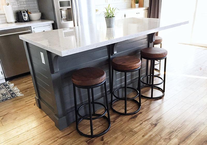 بهتر است رنگ مشکی را در مدل کابینت جزیره متحرک با رنگهای سبکتر و روشنتر مانند چوب تلفیق کنید. استفاده از رنگهای سبکتر باعث شده تا فضای آشپزخانه بیش از حد تاریک نگردد.