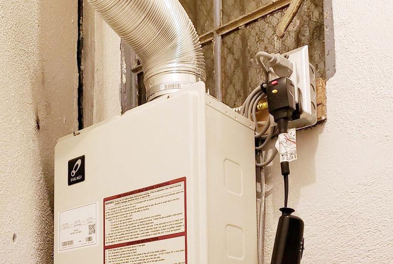نصب دودکش از مواردی است که در طریقه نصب آبگرمکن دیواری باید به دقت انجام گیرد. قبل از نصب حتماً بررسی کنید که مجرای خروجی دود مناسب باشد.
