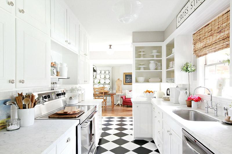 شما میتوانید با انتخاب رنگ سفید در طراحی آشپزخانه خود، فضایی بزرگتر و جذابتر را ایجاد کنید. این رنگ هم در آشپزخانههای کوچک و هم در آشپزخانههای بزرگ کاربرد دارد.