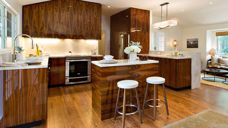 طرح چوب کابینت یکی از پرطرفدارترین رنگ کابینت های گلاس برای علاقهمندان به این سبک محسوب میشود و جلوه فوقالعادهای به آشپزخانه میبخشد.
