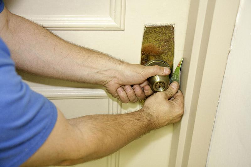 استفاده از کارت اعتباری در آموزش باز کردن قفل درب