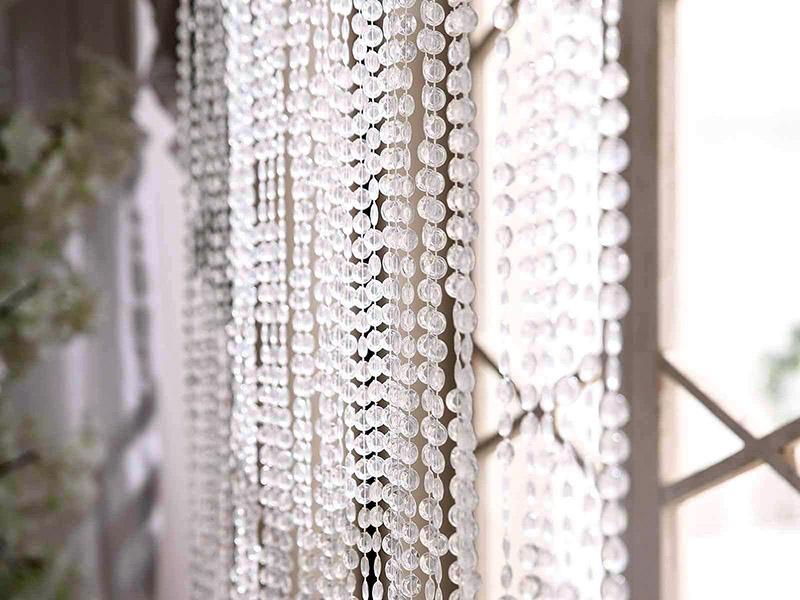 پرده کریستالی مانند سایر انواع پرده، برای استفاده به عنوان پرده عادی پنجره مناسب نیست و بهتر است از آن بیشتر به عنوان عنصری تزئینی استفاده کنید.