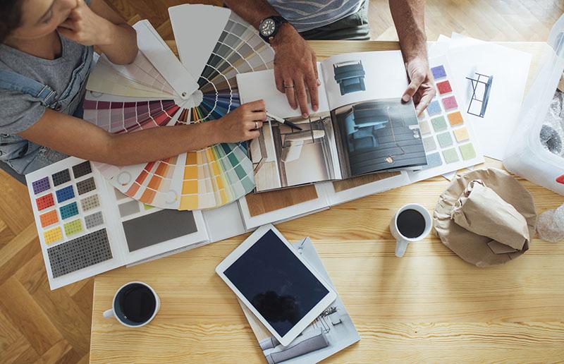 برای داشتن یک فضای جذاب و هماهنگ با اجزای ساختمان بهتر است رنگ غالب هر قسمت ساختمان را با قرار دادن کاتالوگ بر روی آن پیدا کرده و روشنترین رنگ آن را به عنوان زمینه برای هر قسمت ساختمان برگزینید.