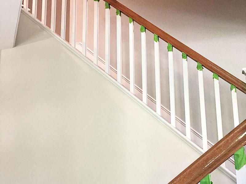 نحوه رنگ آمیزی راه پله برای بخش نردههای دستگیره به این صورت است که اگر از دو رنگ استفاده میکنید، حتماً باید در لبههای ابتدا و انتهای کار که با بخشهای دیگر در ارتباط است از نوار چسب مخصوص استفاده کنید.