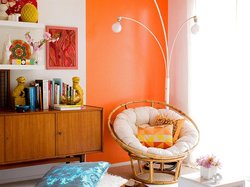 در رنگ آمیزی دیوار این اتاق از رنگ شاد نارنجی استفاده شده است. البته رنگ دوم برای ایجاد تعادل در فضا در عین شاد جلوه دادن آن، سفید انتخاب شده است.
