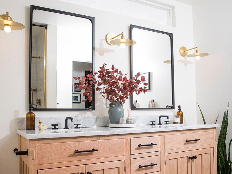 استفاده از بیش از دو چراغ دیواری حمامی برای ایجاد تغییر در نورپردازی حمام و سرویس بهداشتی
