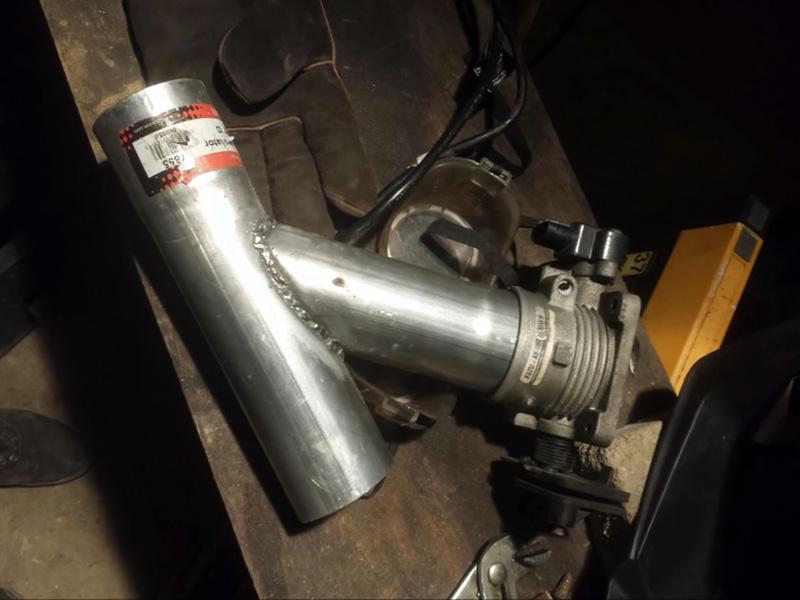 برای ساخت کیت اگزوز به وسایل مختلفی مانند لوله استوانه ای، موتور کوچک، باتری، بلندگو، هدفون و ... نیاز دارید.