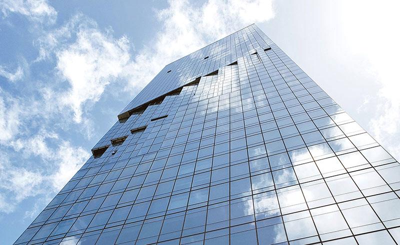 اجرای نمای شیشهای ساختمان دارای جزئیاتی است که باید به آنها توجه کرد. این جزئیات در قالب سیستمهای مختلف اجرای نما پیادهسازی میشوند. اجرای نمای شیشه ای کرتین وال یکپارچه از جمله این سیستمهاست.