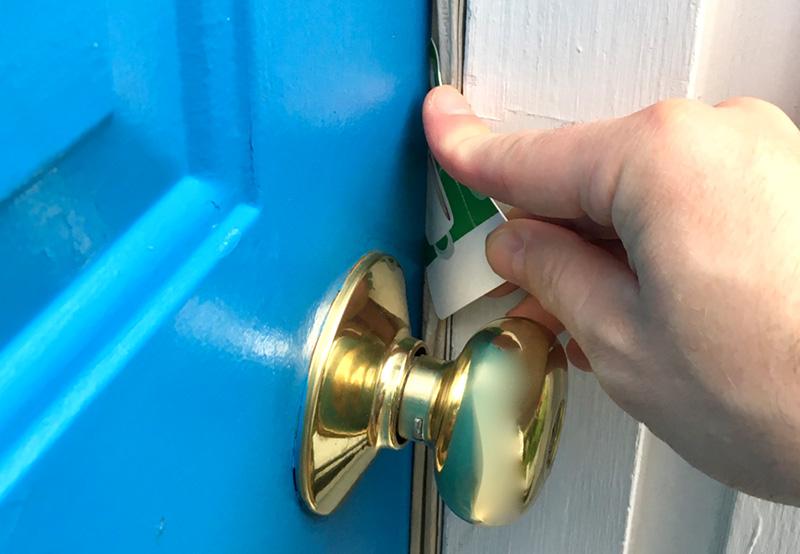 روش باز کردن قفل در اتاق خواب با کارتی مانند کارت اعتباری یا کارت باشگاه مشتریان