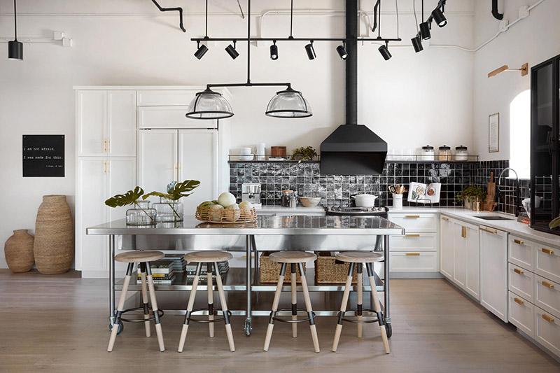 ترکیب چوب و استیل در کنار یکدیگر، یک گزینه بسیار عالی برای کابینت جزیره در اندازه بزرگ است که میتوان از آن به عنوان میز شام در مهمانیها هم استفاده کرد.