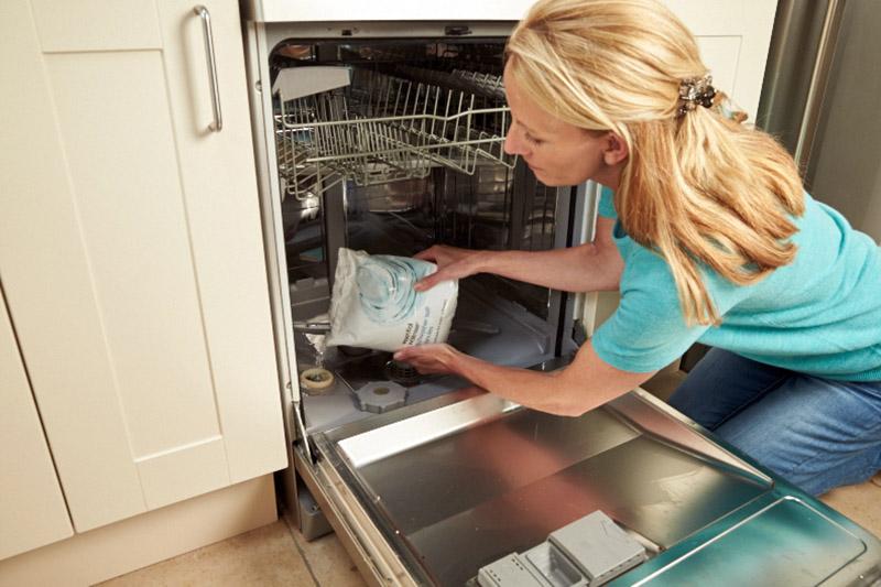 در مناطق دارای آب سخت، استفاده از محصولات جداگانه نمک و جلادهنده در کنار هم توصیه میشود.
