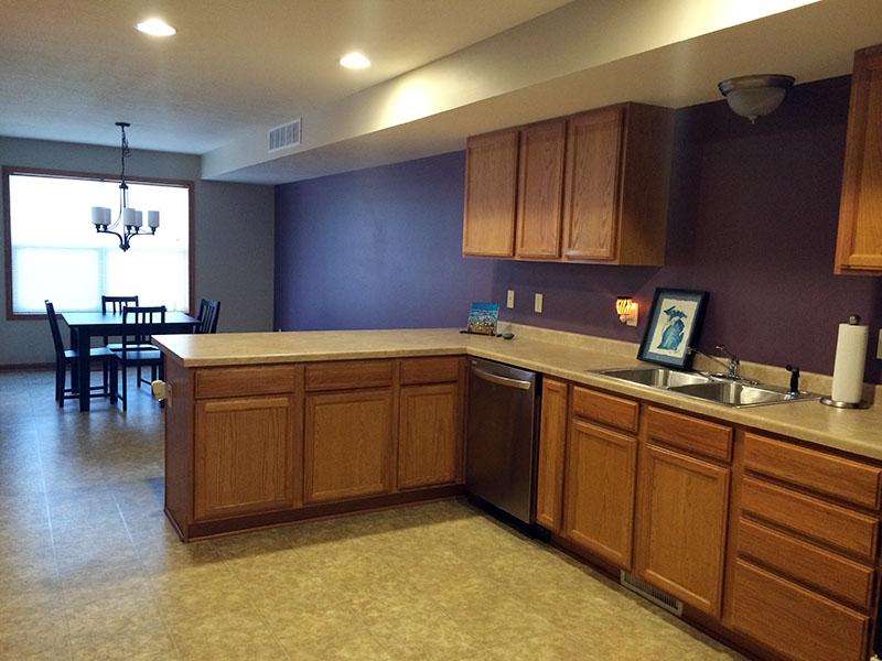 بنفش رنگی نزدیک و مکمل رنگ قهوه ای در دکوراسیون است و در آشپزخانه به کابینتهای شما عمق میبخشد.