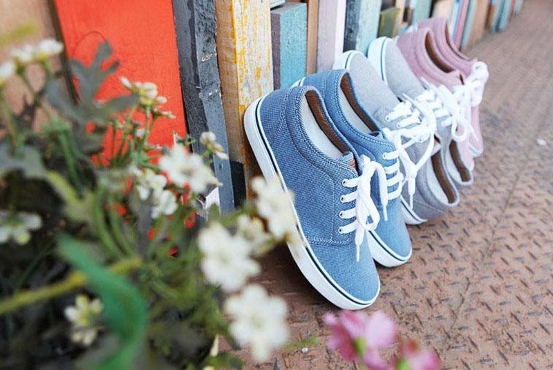خشک کردن پس از شستن کفش در ماشین لباسشویی باید در هوای آزاد (و نه با خشک کن حرارتی) انجام شود.