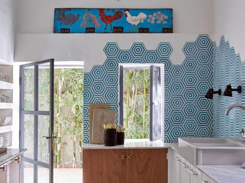 در این آشپزخانه دیوار دو رنگ با رنگ سفید و ترکیب کاشیهای آبی و سفید اجرا شده است. این کاشیها در کف آشپزخانه هم اجرا شدهاند و هماهنگی زیادی بین دیوار و کفپوش ایجاد کردهاند.