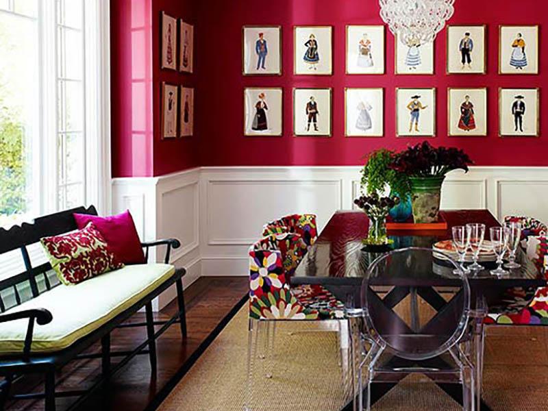 به کار بردن یک رنگ در بخشی از دیوار خانهتان و نصب اثرات هنری چشمگیر روی آن میتواند خانه شما را همانند یک موزه زیبا و کلاسیک نشان دهد. برای این دکوراسیون دیوار با رنگ تیره میتوانید از رنگ مورد نظرتان در سایر بخشهای منزل نیز استفاده کنید تا همه چیز هماهنگتر به نظر برسد.