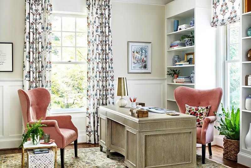 در این اتاق کار، دو رنگ کرم و سفید با هم ترکیب شدهاند تا در عین ایجاد تنوع، فضای آرام بخشی را فراهم کنند.
