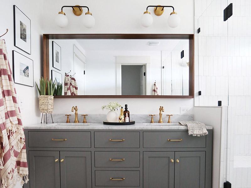 استفاده از چراغ دیواری حمامی دوگانه برای ایجاد روشنایی بیشتر و حس تقارن در نورپردازی حمام و سرویس بهداشتی