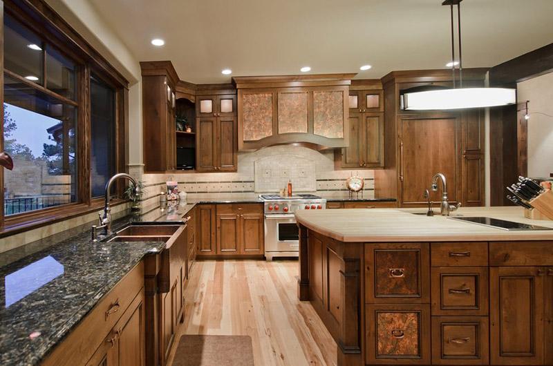 شاید مراقبت و نگهداری از کانترهای چوبی در مقایسه با کانترهای سنگی کمی سختتر باشد، اما باید بدانید که زیبایی که این جزیره چوبی آشپزخانه به منزل شما میبخشد فوقالعاده است.