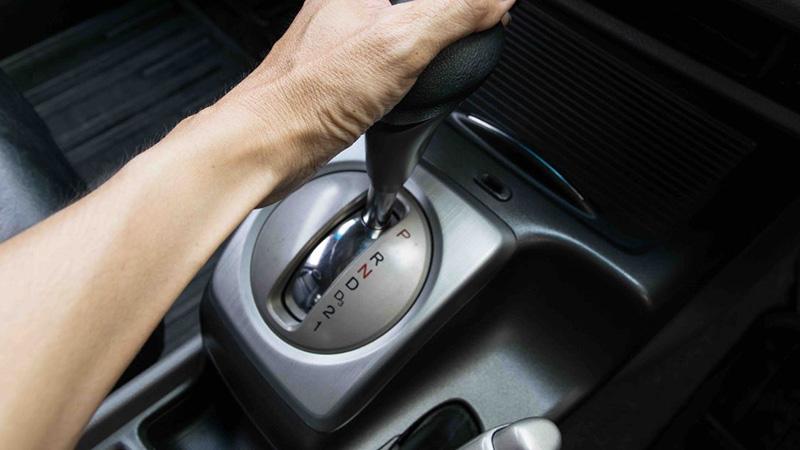 هیچگاه قبل از توقف کامل خودرو را روی حالت P قرار ندهید، زیرا این کار عمر مفید گیربکس اتومات را به شدت کاهش میدهد.