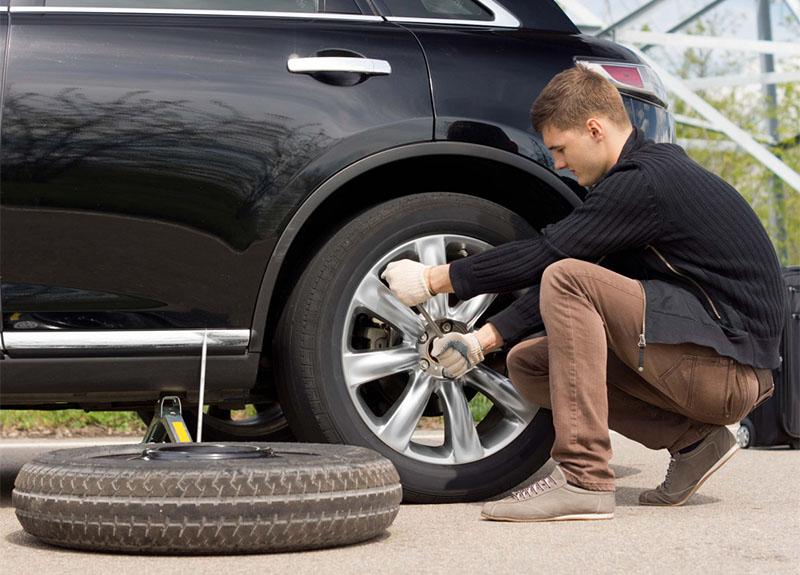 یکی از انواع لاستیک زاپاس خودرو، نوع متراکم آن است که وزن کمتر و آج کمتری روی آن وجود دارد و برای زمانهای اضطراری گزینه خوبی محسوب میشود.