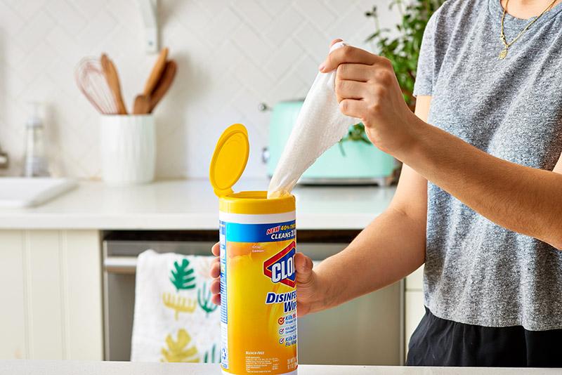 متخصصان بهداشتی توصیه میکنند که ضدعفونی کردن و تمیز کردن روزانه آشپزخانه را در برنامه روزانه خود قرار دهید.