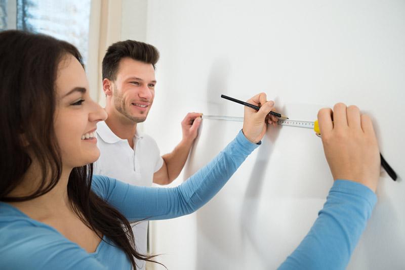برای محاسبه متراژ رنگ ساختمان باید مساحت دیوارها و سقف را منهای سطوحی که قرار نیست رنگ شوند، به دست بیاورید. سپس متراژ رنگ نهایی را تقسیم بر متراژ قابل پوشش با هر لیتر رنگ که حدودا 8.5 متر است کنید تا مقدار رنگ مورد نیازتان هم به دست بیاید.