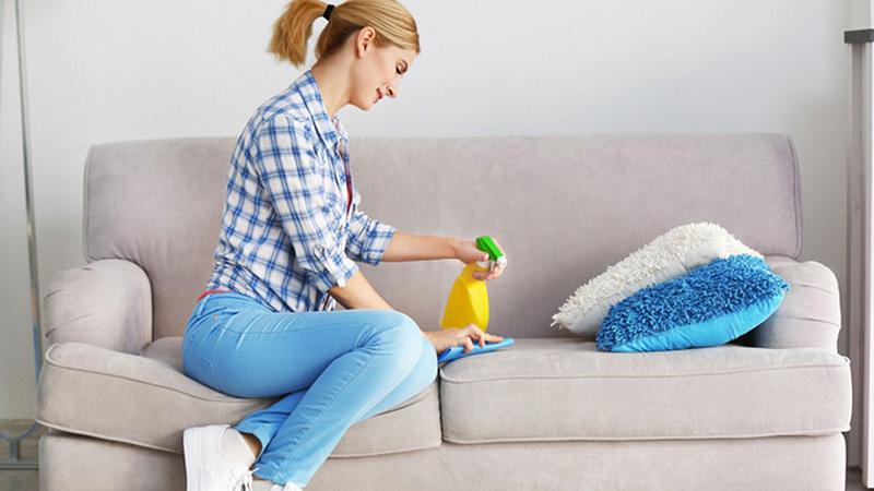 استفاده از ترکیب محلول جوش شیرین و مواد ضدعفونی کننده همچون الکل سفید، سرکه و آب گرم یکی دیگر از شیوههای شستشوی مبل با جوش شیرین است که میتواند لکههای مبل را به راحتی از بین ببرد.