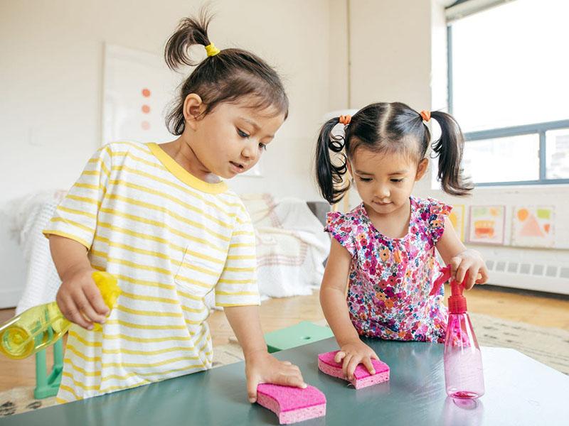ضدعفونی کردن اسباب بازی های کودکان | محلول ضدعفونی نوزاد و کودک | چگونه اسباب بازی های کودکان را ضدعفونی کنیم؟ ضد عفونی وسایل کودک