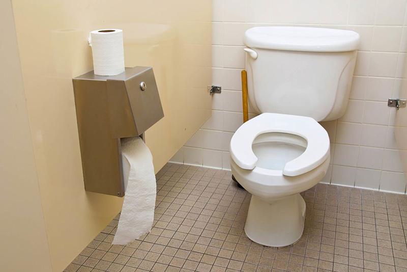 در برخی مواقع ممکن است متوجه شوید که کاسه توالت قادر به نگه داشتن آب در خود نیست و هر چقدر هم که جستجو میکنید، نشتی به بیرون و یا مشکل ظاهری پیدا نمیکنید، در این شرایط نیز ممکن است کاسه توالت از داخل ترک خورده باشد و شما باید اقدام به تعمیر ترک کاسه توالت نمایید.