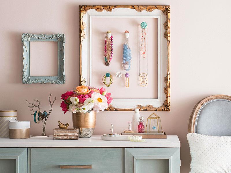 برای اینکه به اتاق با دیوارهایی به رنگ صورتی سرد گرما ببخشید، از لوازمی به رنگ قرمز، سرخابی، آبی و طلایی بهره بگیرید.