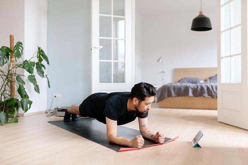 فواید حرکات ورزشی برای پیشگیری از ابتلا به ویروس کرونا   انجام تمرینات ورزشی در خانه در دوران کرونا   اهمیت ورزش در خانه