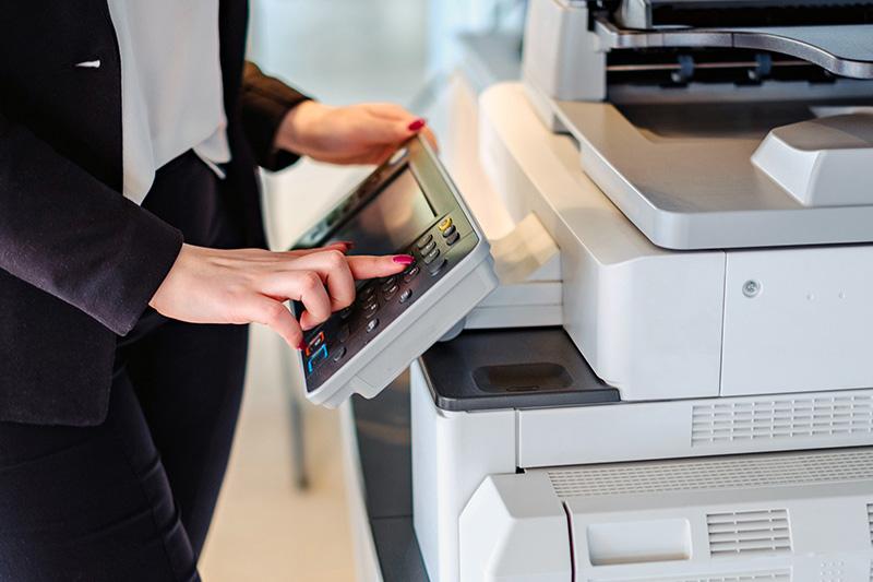 هنگام نظافت وسایل شرکت به دکمههای پرینتر، دستگاه کپی، فکس، مانیتور و دیگر تجهیزات اداری توجه کنید.