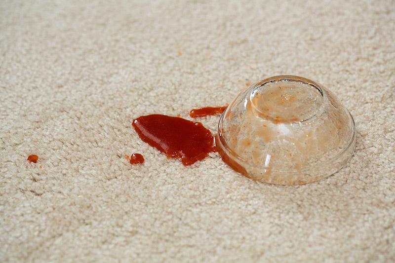 نحوه از بین بردن لکه سس کچاپ روی فرش