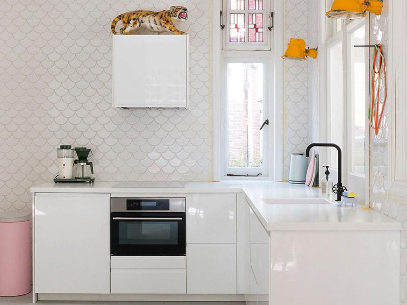 طراحی و نصب کابینت سفید برای آشپزخانه کوچک و کمجا
