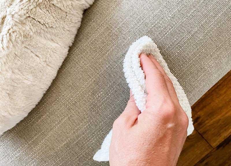 مراحل لکهبری و تمیز کردن پارچه مبلی در منزل