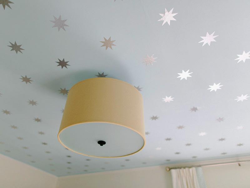 ایدههای خلاقانه برای نقاشی سقف اتاق با استفاده از شابلون و برچسب